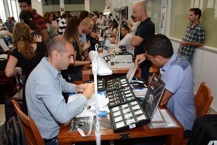 Packed trading hall during the Israel Diamond Fair
