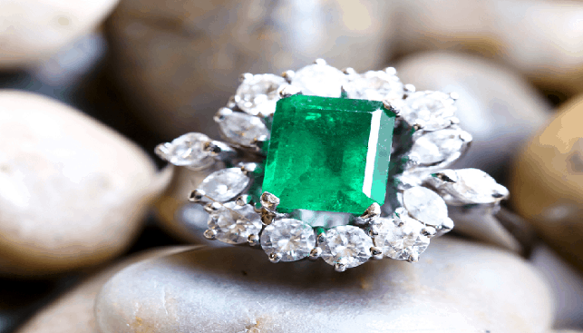 Diamond ring with big emerald and diamonds