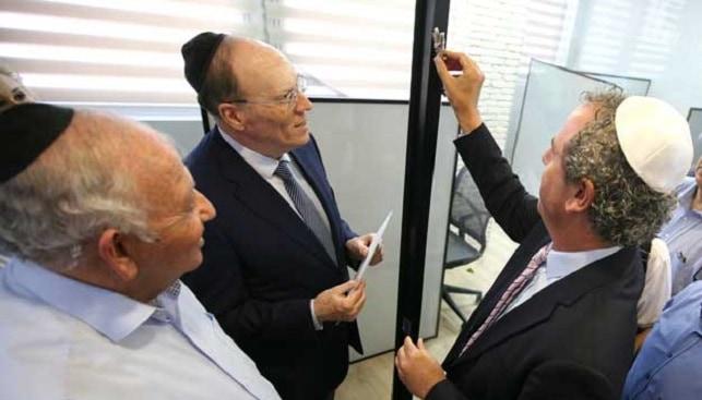 Israeli diamond - Affixing the Mezuzah in the new wing. Right to left: IDE President Yoram Dvash, IDI Chairman Shmuel Schnitzer, and IsDMA President Kobi Korn